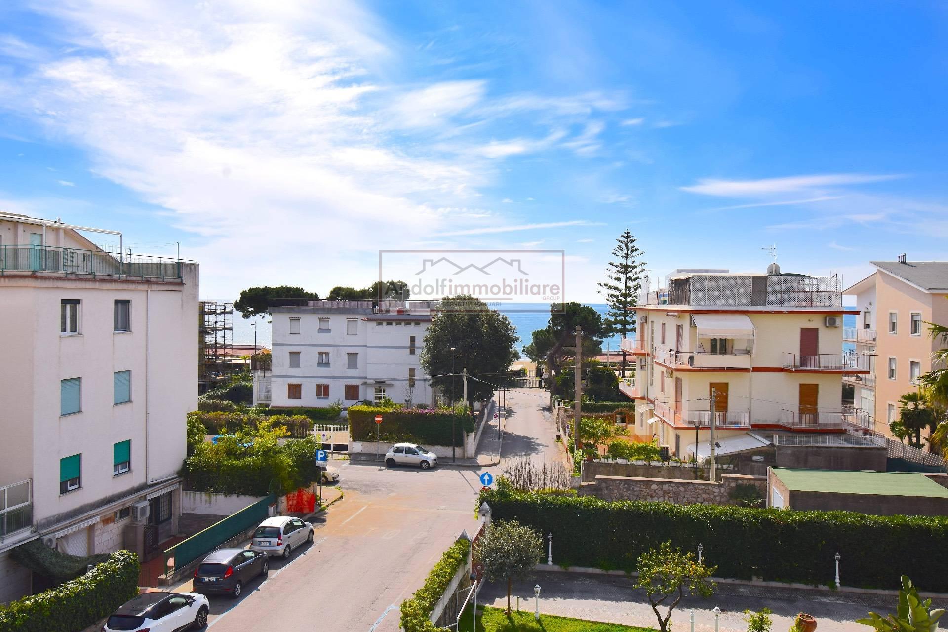 Gaeta Serapo a 50 metri da mare. Ampio e luminoso appartamento panoramico in vendita a Gaeta.