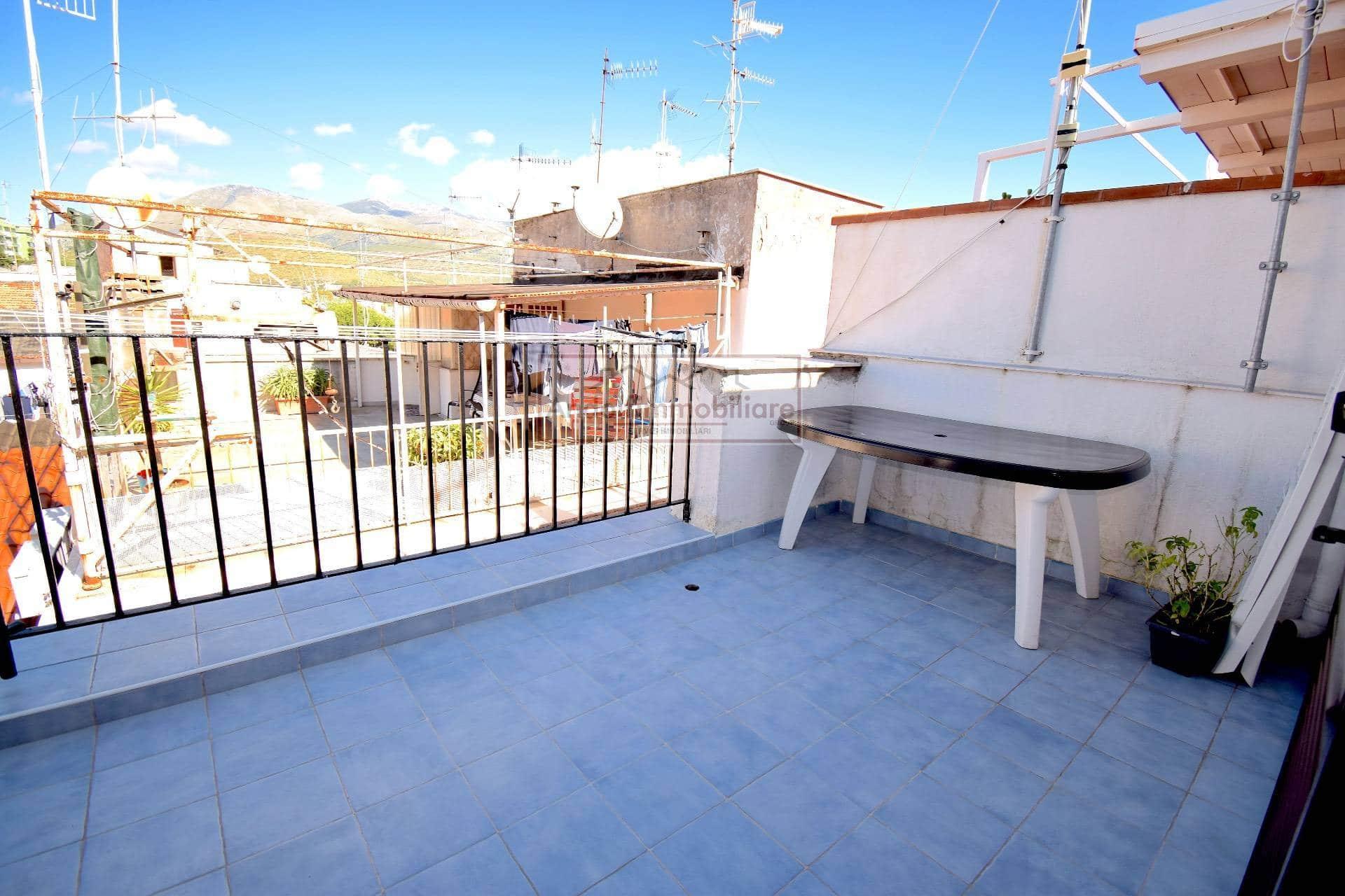 Gaeta Vico Indipendenza lato Calegna. Appartamento su 2 livelli con terrazzo in Vendita.