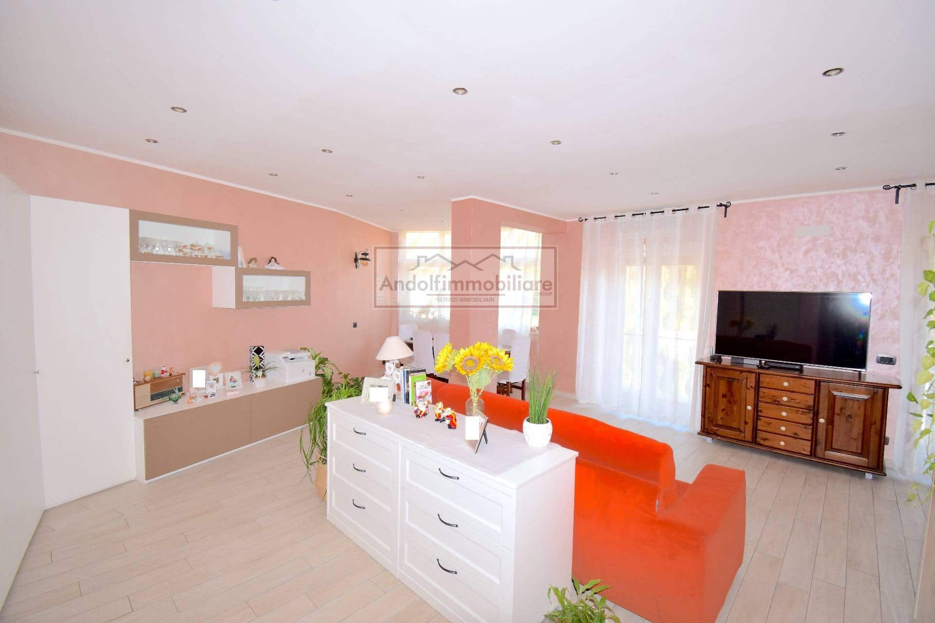 Itri zona centro. Appartamento ristrutturato con garage in vendita a Itri.